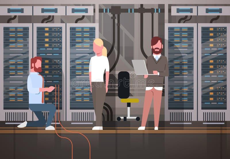 Les gens travaillant dans la base de données de l'information de surveillance d'ordinateur de serveur principal de chambre de cen illustration libre de droits