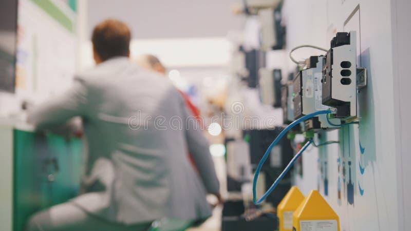 Les gens travaillant dans la chambre d'entreprise high tech près du matériel électronique images libres de droits