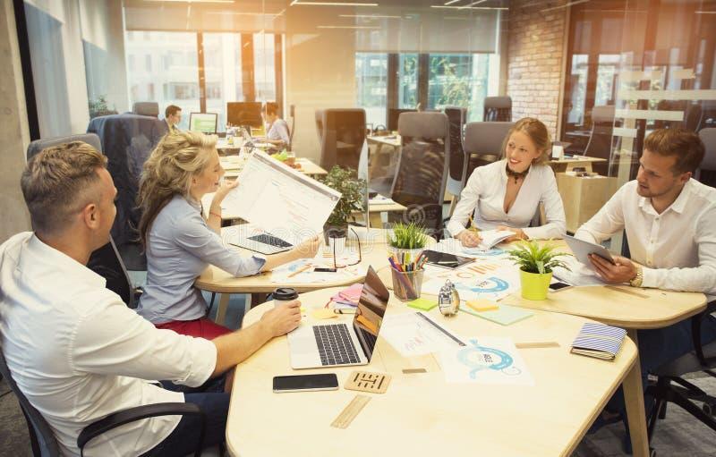 Les gens travaillant dans le groupe dans le bureau photo libre de droits
