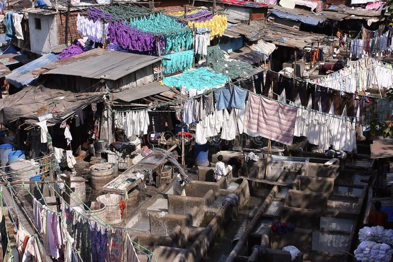 Les gens travaillent à la blanchisserie en plein air dans Mumbai images libres de droits