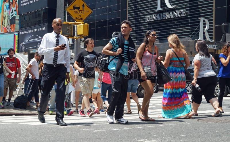 Les gens traversant la rue à New York City photo libre de droits