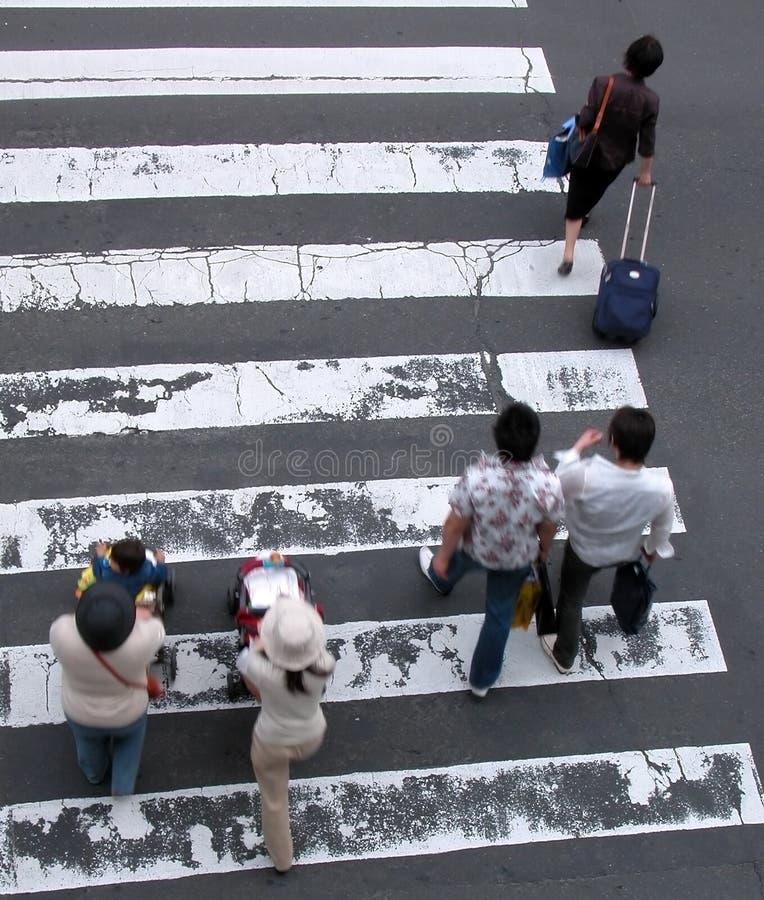 Les gens traversant la rue
