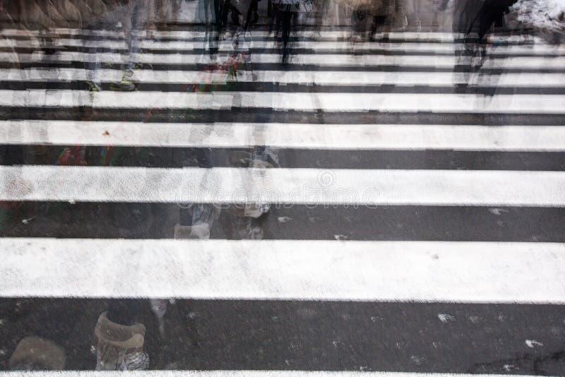 Les gens traversant une route photo libre de droits
