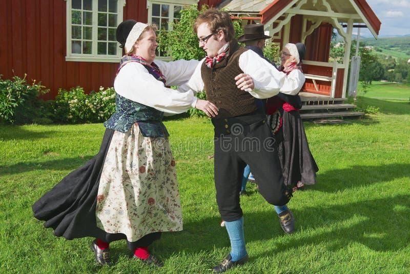 Les gens utilisant les costumes historiques exécutent la danse traditionnelle dans Roli, Norvège images libres de droits