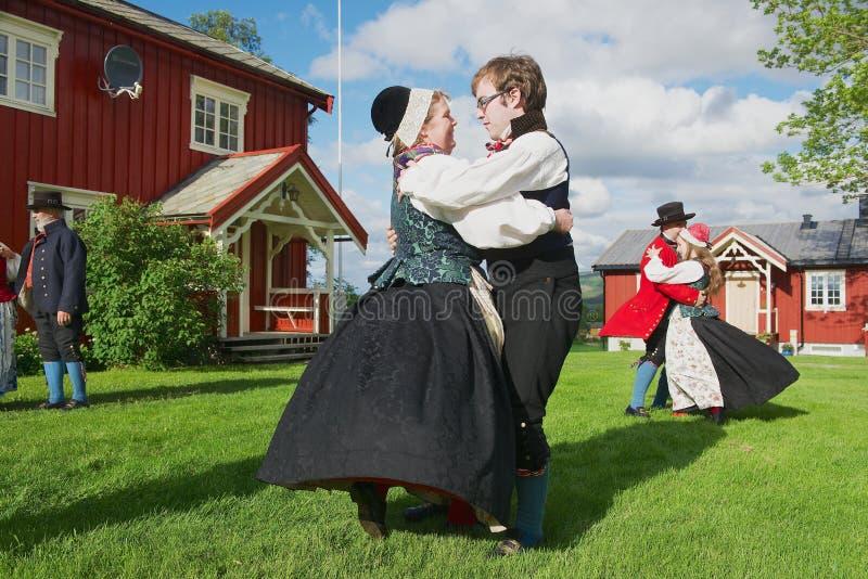 Les gens utilisant les costumes historiques exécutent la danse traditionnelle dans Roli, Norvège image stock