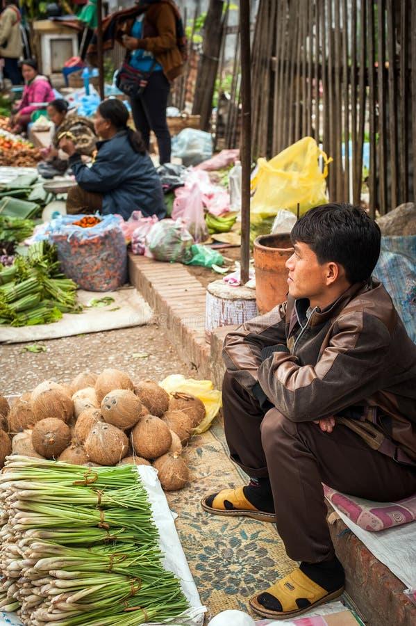 Les gens vendant la nourriture au marché asiatique traditionnel laos images libres de droits