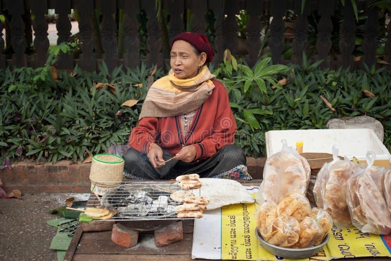 Les gens vendant la nourriture au marché asiatique traditionnel laos image libre de droits