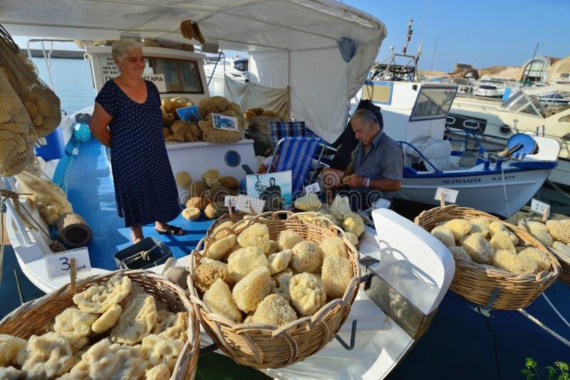 Les gens vendent l'éponge naturelle dans Chania, Crète photos libres de droits