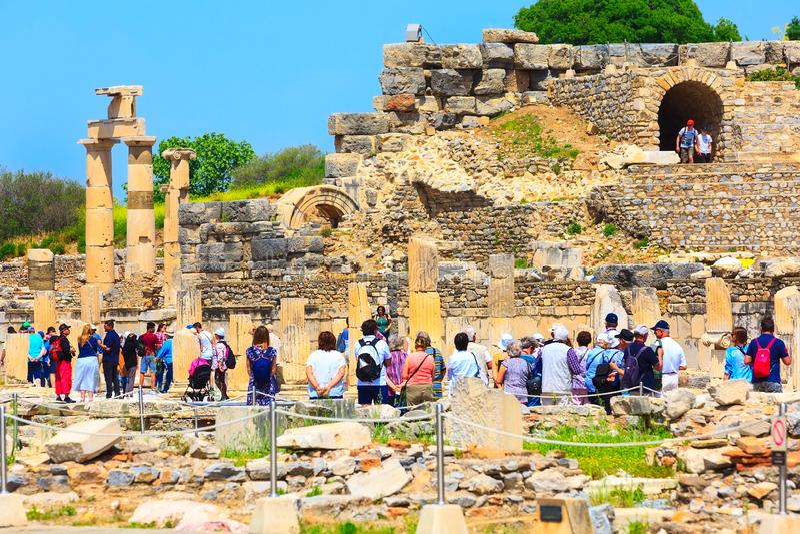 Les gens visitant de vieilles ruines d'Ephesus, Turquie images stock