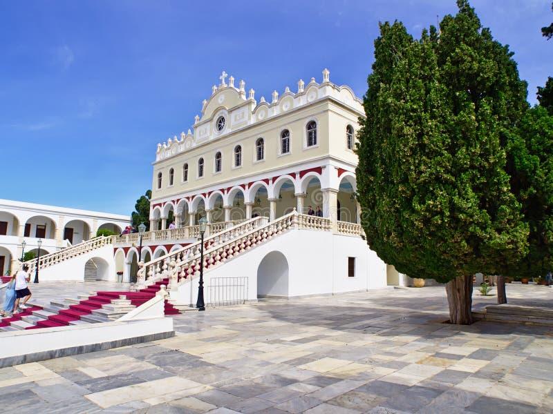 Les gens visitent l'église de Vierge Marie, île de Tinos photo stock
