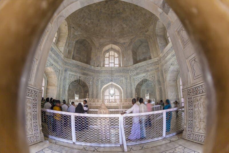 Les gens visitent l'intérieur du mausolée Taj Maha images stock