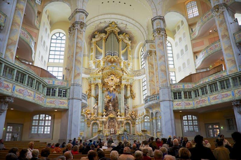 Les gens visitent la cathédrale célèbre de Frauenkirche à Dresde, Allemagne photographie stock