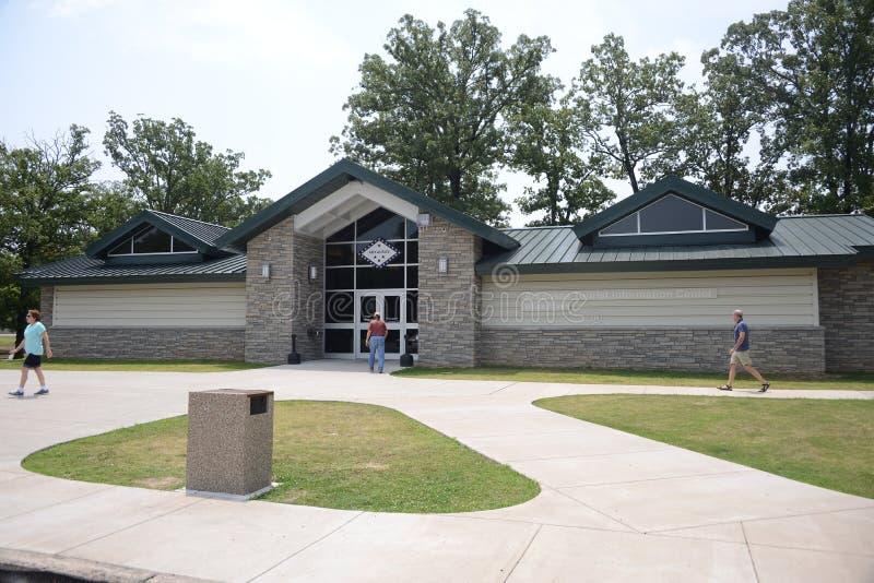 Les gens visitent le centre de touristes de l'eau blanche de l'Arkansas photos libres de droits