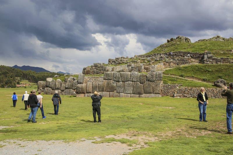 Les gens visitent les murs antiques de sacsayhuaman photographie stock