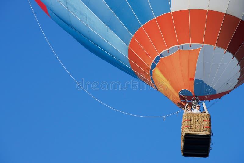 Les gens volent dans le ballon à air chaud au-dessus de la vieille ville à Vilnius, Lithuanie images libres de droits