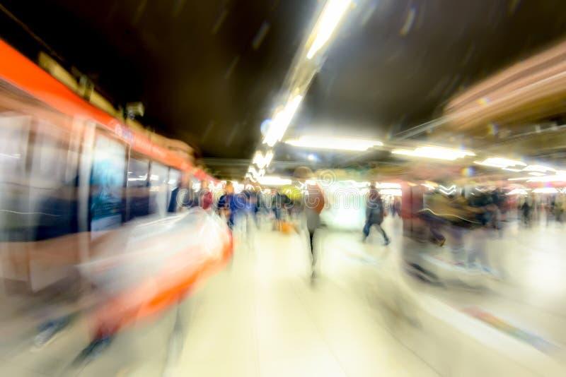 Les gens vont à la station de métro, à la lumière des lampes Mouvement abstrait brouillé photographie stock