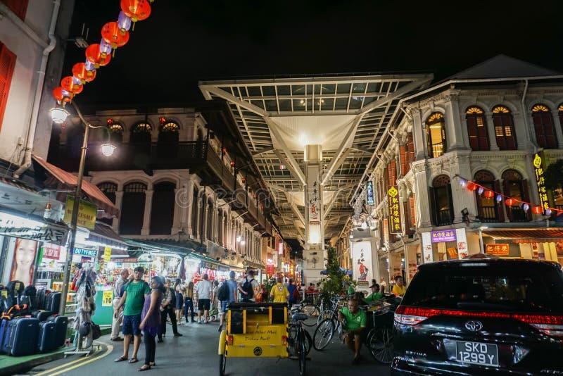 Les gens vont dehors pour mangent en Chine Singapour rentré par ville photo stock