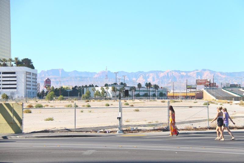 Les gens vont sur la route dans la partie centrale de la ville à Las Vegas, photographie stock libre de droits