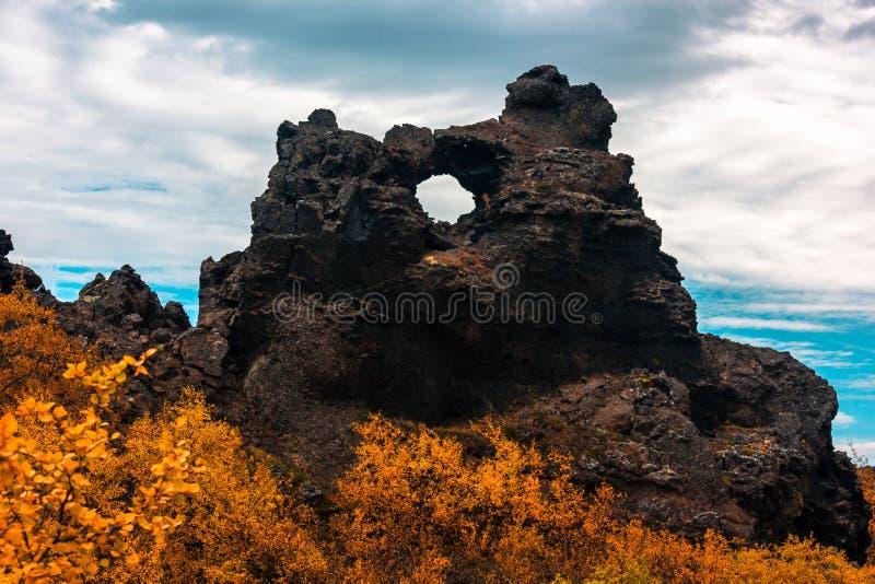 Les gisements de lave de Dimmuborgir s'approchent du lac Myvatn dans le nord de l'Islande images libres de droits
