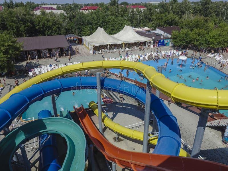 Les glissières d'eau en aqua se garent à la piscine extérieure photographie stock libre de droits