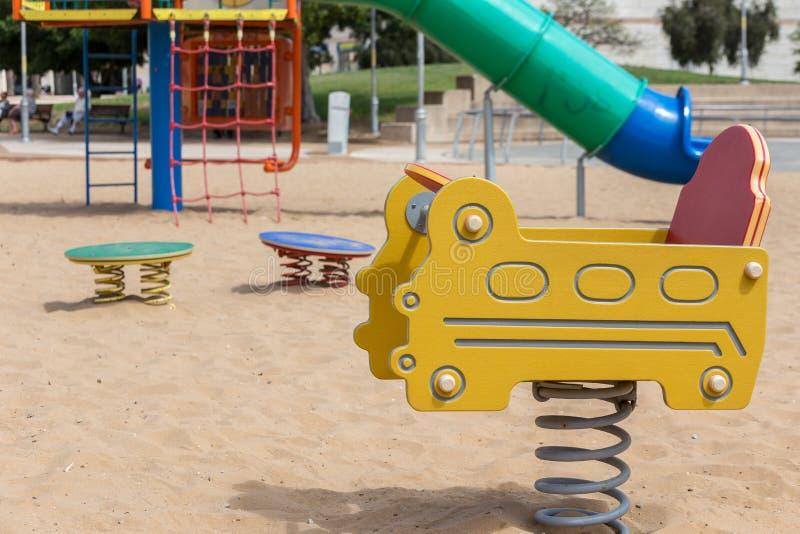 Les glissières et les terrains de jeu des enfants Parc de terrain de jeu photo libre de droits