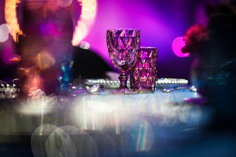 Les gobelets en verre sur la table ont placé pour épouser la table photos stock