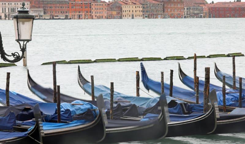 Les gondoles amarrées avec du flou en raison du temps d'exposition prolongé pendant la durée t photographie stock libre de droits