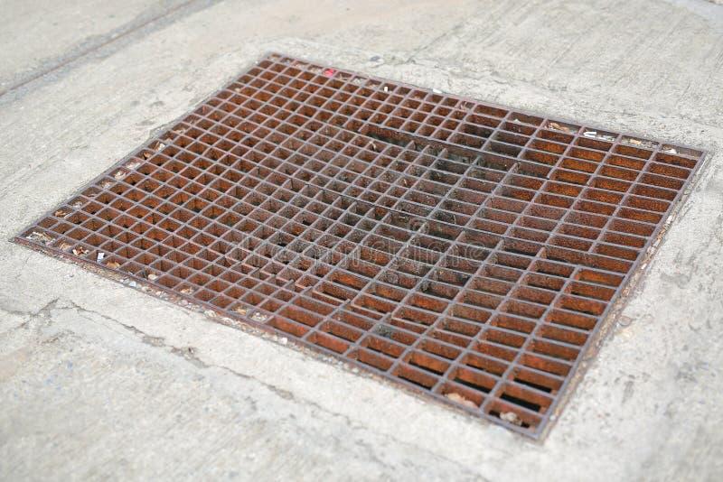 Les goutti?res vidangent la grille, couverture de drain photo stock