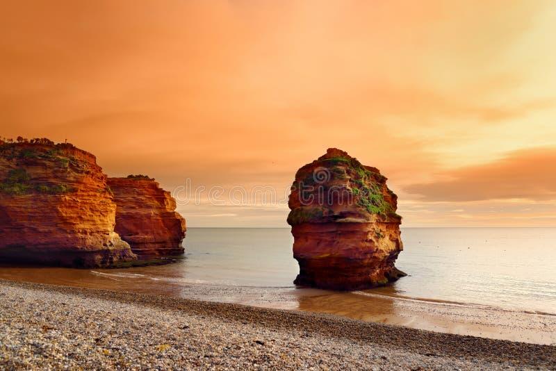 Les grès rouges impressionnants du Ladram aboient sur la côte jurassique, un site de patrimoine mondial sur la côte de la Manche  photographie stock libre de droits