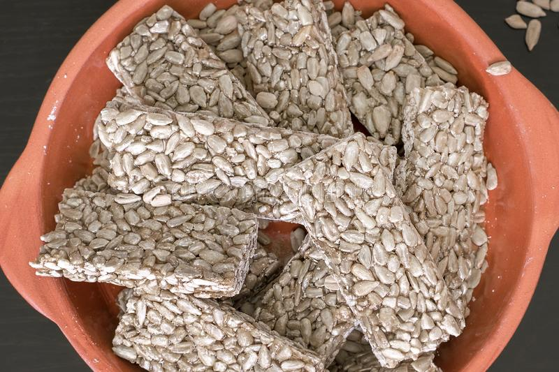 Les graines de tournesol remplies de sirop de miel ou de sucre ont séché prêt pour la consommation image libre de droits