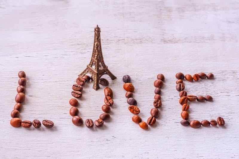 Les grains de café d'inscription expriment la statue et le Tour Eiffel d'AMOUR photo libre de droits