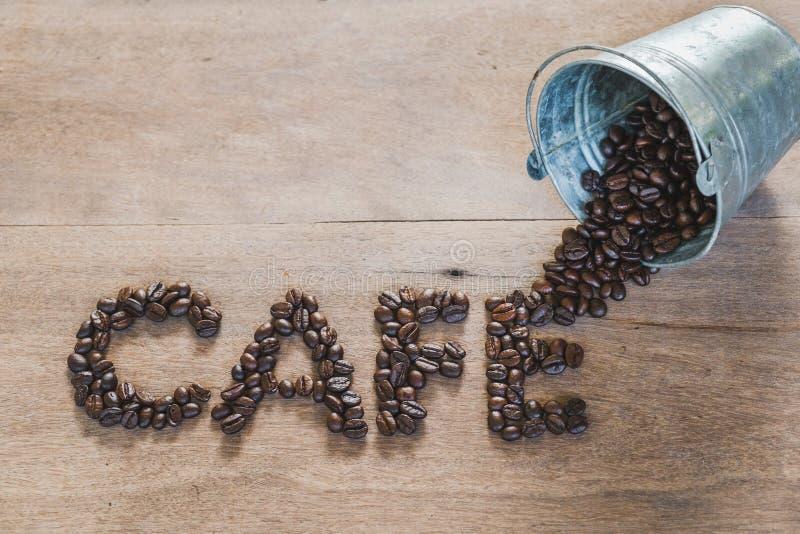 Les grains de café dans un métal bucket, mot de café fait de grains de café dessus photo libre de droits