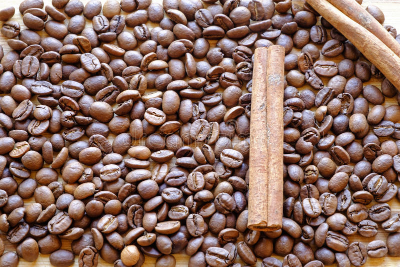 Les grains de café et les bâtons de cannelle choisissent le dessus de paysage photo libre de droits