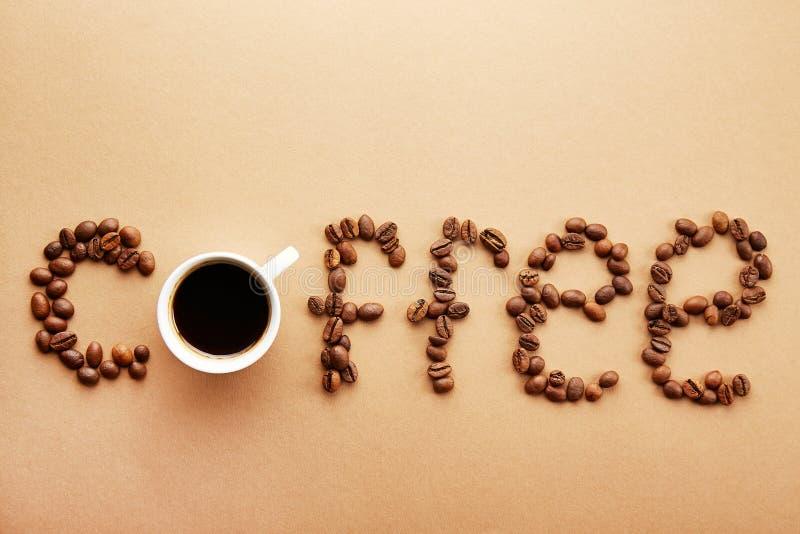 Les grains de café forment un mot photo stock