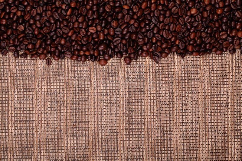 Les grains de café frais, préparent pour préparer le café délicieux photo stock