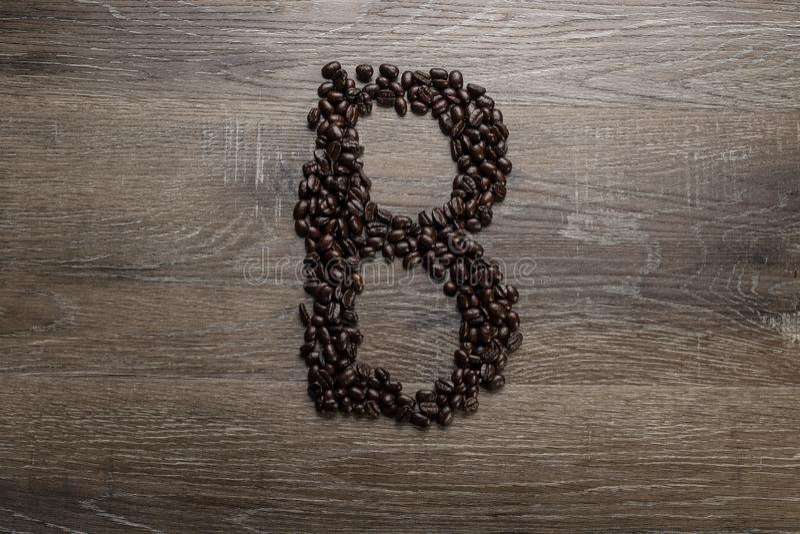 Les grains de café ont arrangé comme lettre B photo stock