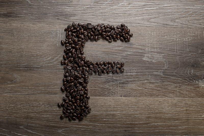 Les grains de café ont arrangé comme lettre F images libres de droits