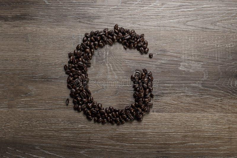 Les grains de café ont arrangé comme lettre G image libre de droits
