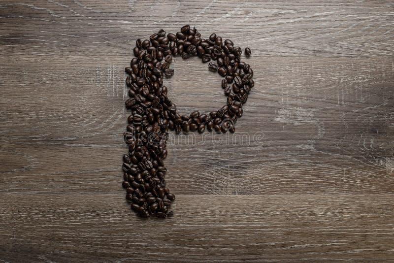 Les grains de café ont arrangé comme lettre P images libres de droits