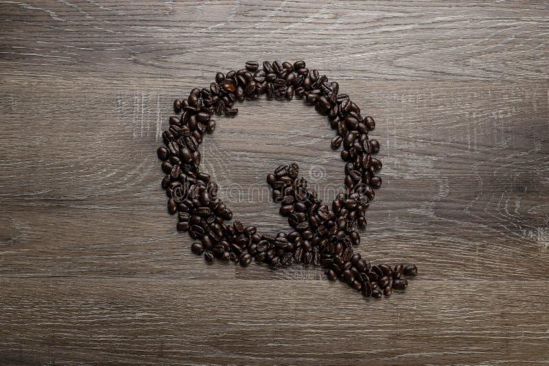Les grains de café ont arrangé comme lettre Q image libre de droits