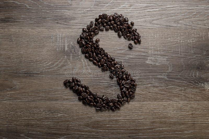 Les grains de café ont arrangé comme lettre S photographie stock libre de droits