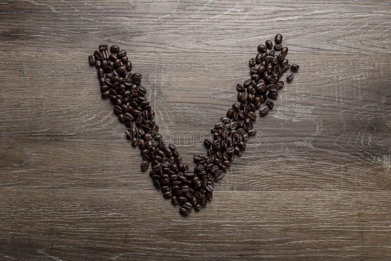 Les grains de café ont arrangé comme lettre V photos libres de droits