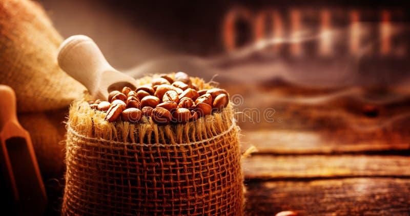 Les grains de café ont fraîchement rôti le café Roastery, plan rapproché photographie stock libre de droits