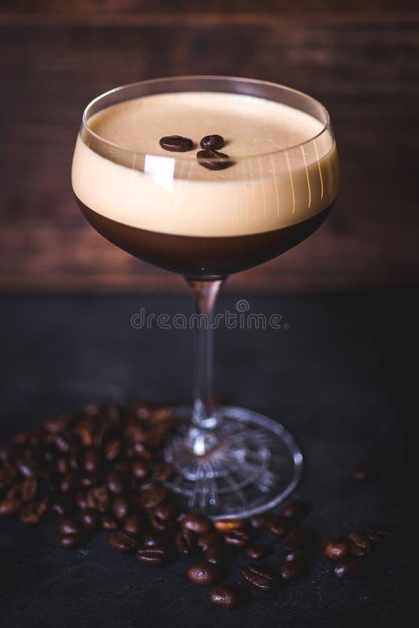 Les grains de café se trouvent sur la mousse du cocktail de café image stock