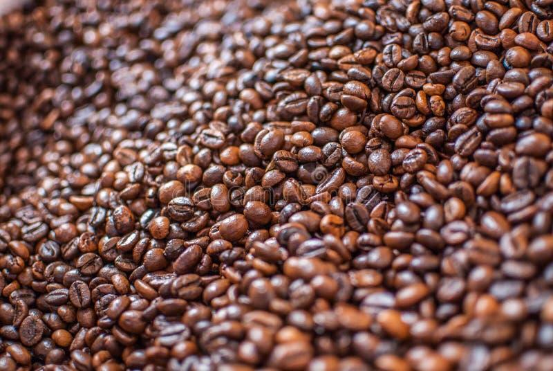 Les grains de café textued l'abrégé sur fond images libres de droits