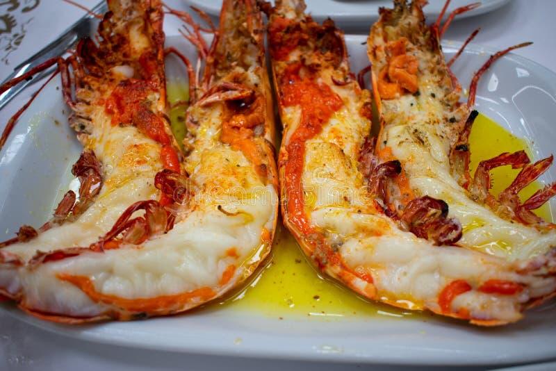 Les grandes crevettes roses Cutted de tigre de rivière sur la moitié ont servi avec du beurre du plat blanc Fruits de mer dans le photo stock