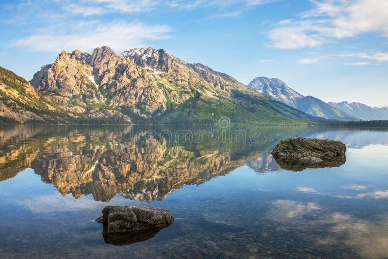 Les grandes montagnes de Tetons se reflétant dans Jenny Lake très immobile photo libre de droits