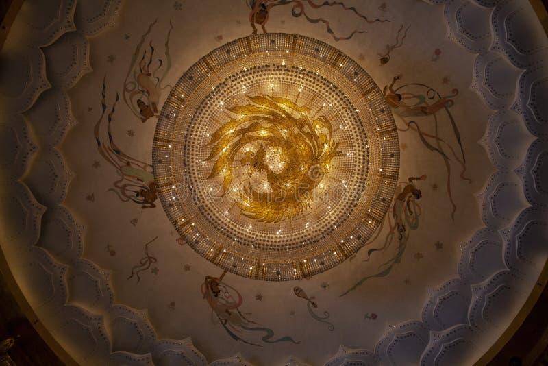 Les grands lustres en cristal ornent le plafond du hall grand à Luoyang, Chine images libres de droits