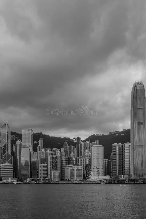 Les grands nuages foncés recueillent au-dessus de l'île de Hong Kong, vue de Kowloon chez Victoria Bay image libre de droits