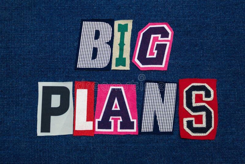 Les GRANDS PLANS textotent le collage de mot, le tissu coloré multi sur le denim bleu, la planification et le concept d'innovatio photographie stock libre de droits